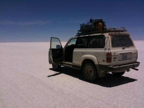 Geländewagen auf Salzsee