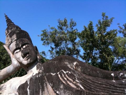 Buddha Park mit der liegenden Buddha-Statue