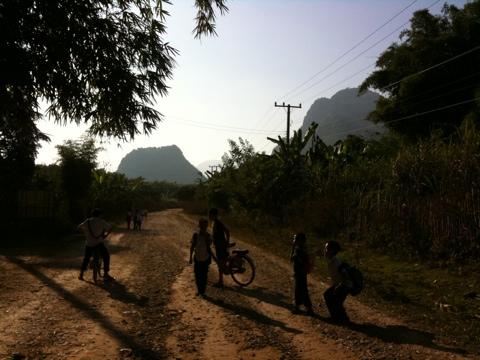 Schulkinder auf dem Heimweg, ausserhalb Vang Vieng