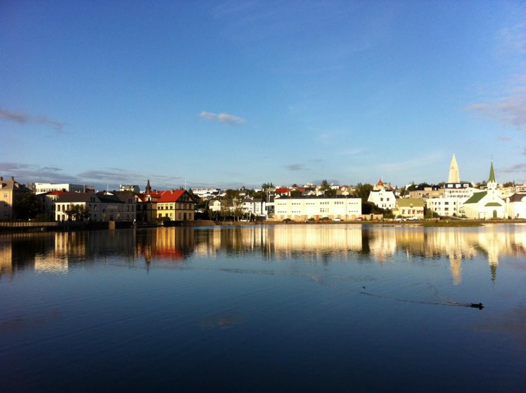 Reykjavík's Skyline spiegelt sich im Stadtsee Tjörnin